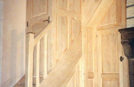 Escalier balancé avec aménagement d'un placard et porte Saint-Nectaire