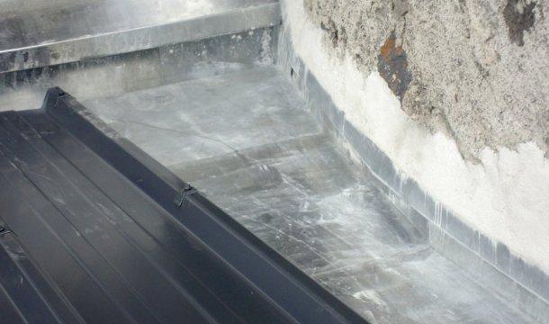 Couverture bac acier avec un couloir en zinc Saint-Nectaire