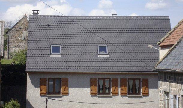 Couverture en tuiles rondes couleur ardoises Saint-Nectaire